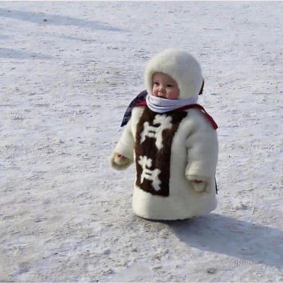 bebé vestido en invierno, muy gracioso