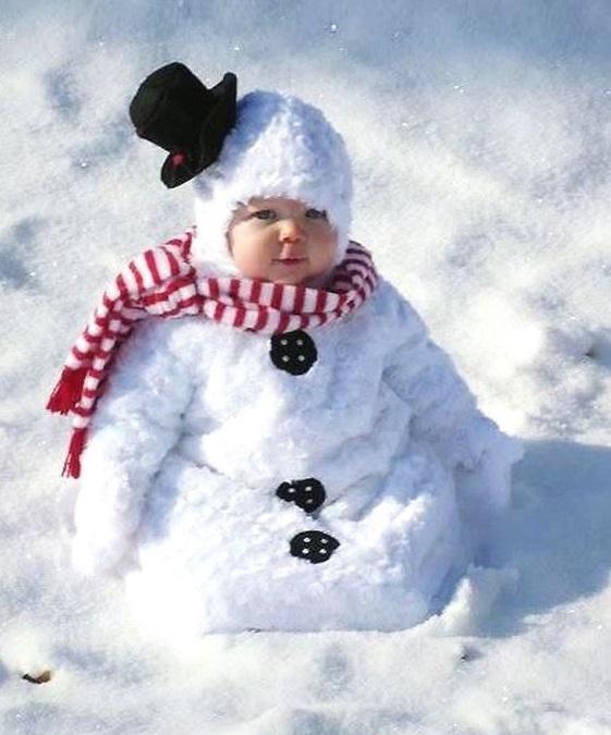 bebé difrazado de muñeco de nieve