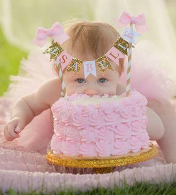 bebita con un año comiendo su tarta ¡sin manos!