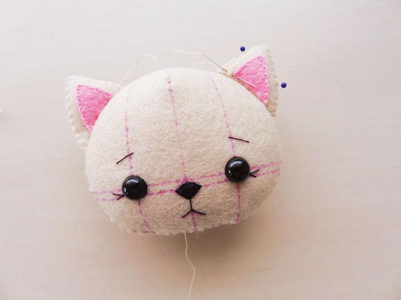 cabeza de gata de fieltro