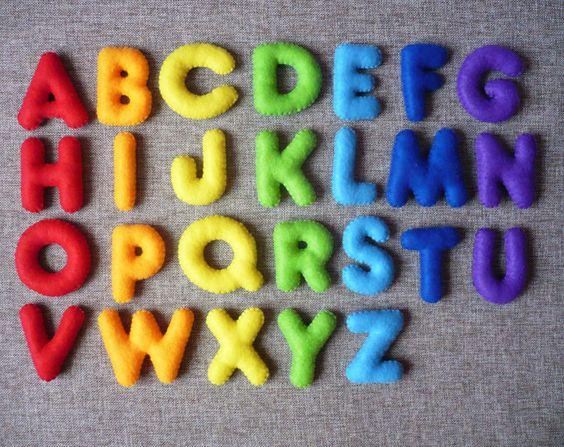 letras mayúsculas en fieltro